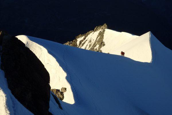 Bergsteiger im Morgenlicht